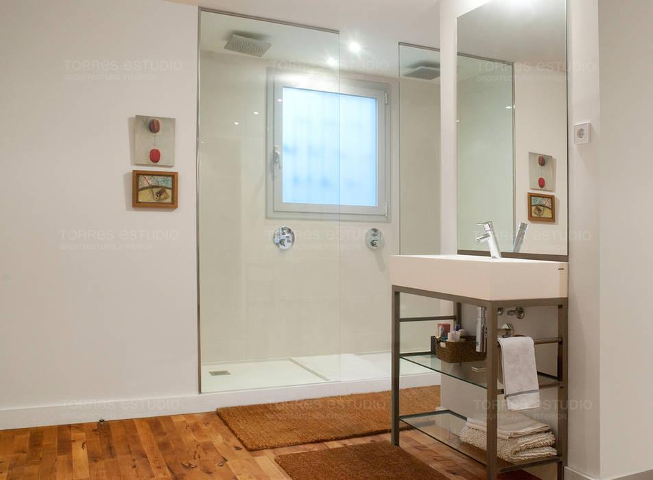 Loft de nueva creación: Baños de estilo minimalista de Torres Estudio Arquitectura Interior