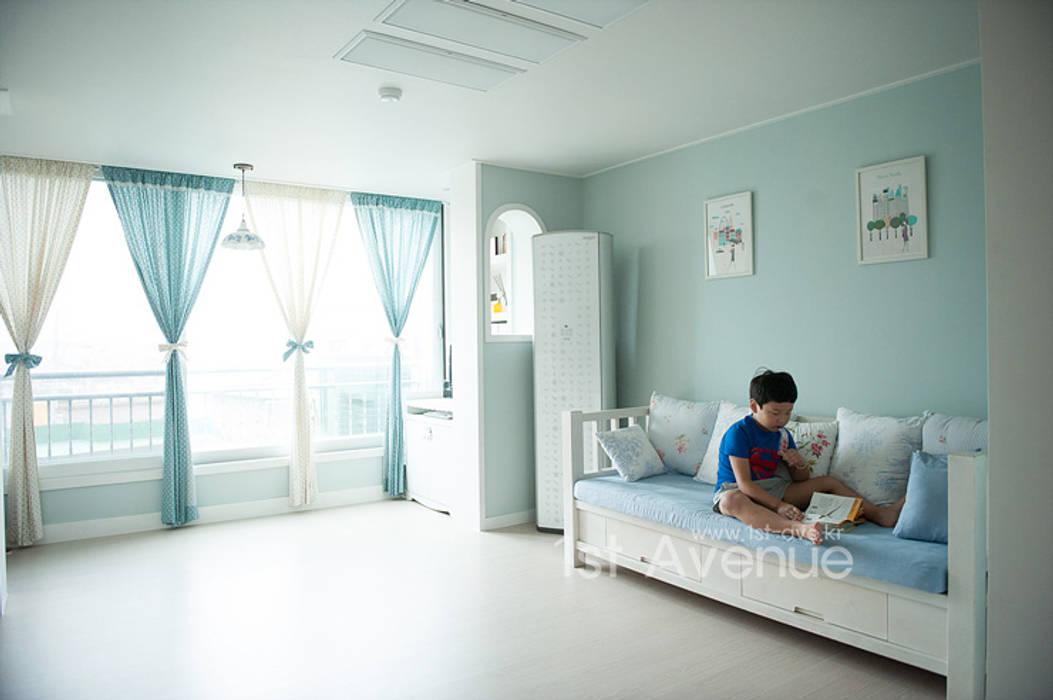 엄마의 사랑이 피어나는 러블리 하우스 지중해스타일 거실 by 퍼스트애비뉴 지중해