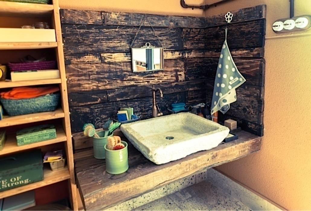 Lavabo de mármol recuperado: Baños de estilo rústico de Anticuable.com