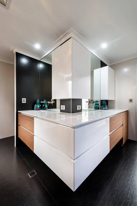 Menora Residence:  Bathroom by Moda Interiors,