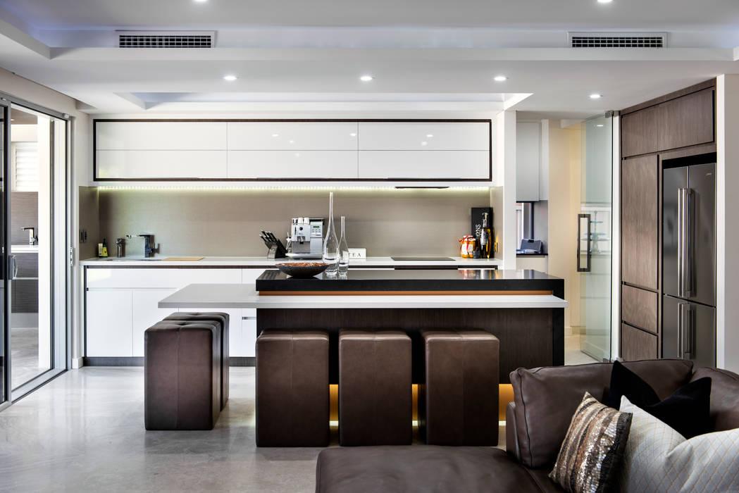 Menora Residence:  Kitchen by Moda Interiors,