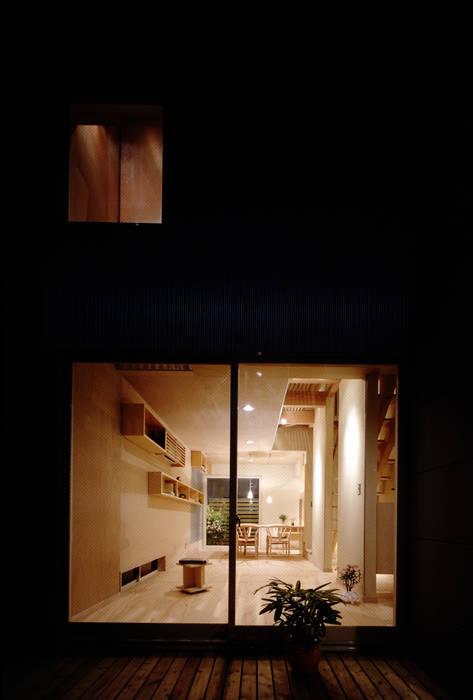 TAN 居間夜景 オリジナルデザインの リビング の 濱嵜良実+株式会社 浜﨑工務店一級建築士事務所 オリジナル