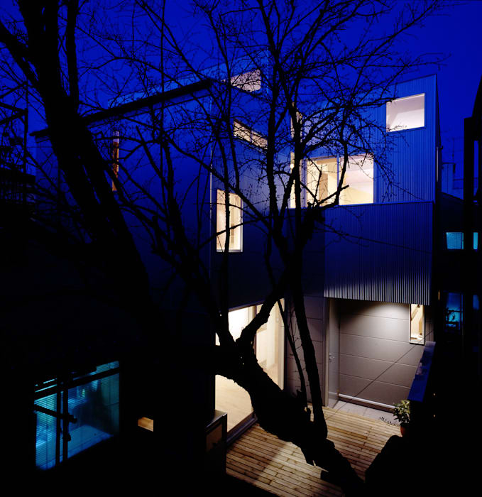 TAN 夜景外観: 濱嵜良実+株式会社 浜﨑工務店一級建築士事務所が手掛けた家です。