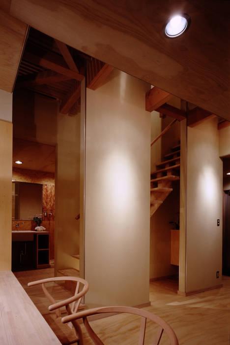 TAN LD 階段 洗面脱衣室: 濱嵜良実+株式会社 浜﨑工務店一級建築士事務所が手掛けた浴室です。
