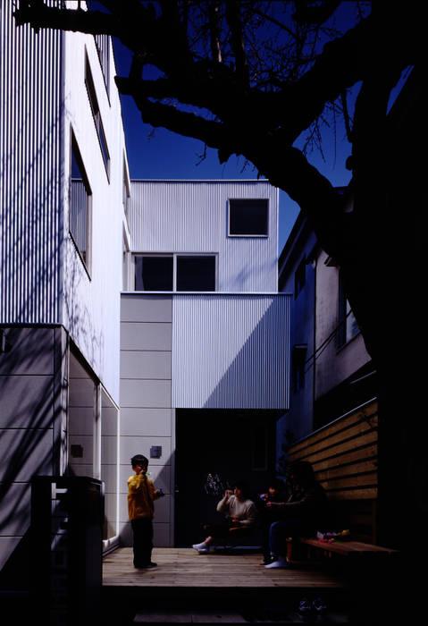 TAN アプローチ: 濱嵜良実+株式会社 浜﨑工務店一級建築士事務所が手掛けた庭です。