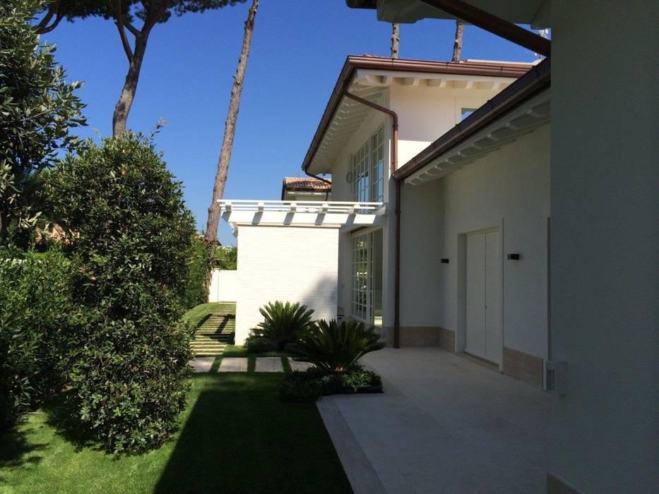 Villa Allegra, Forte dei Marmi (LU), Italy: Case in stile in stile Moderno di Michelangelo Chiti Architetto