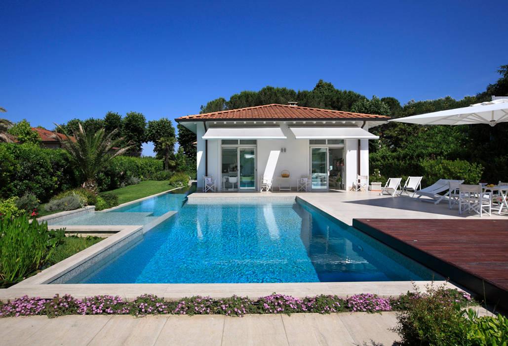 Villa Stella, Marina di Pietrasanta (LU): Case in stile in stile Moderno di Michelangelo Chiti Architetto