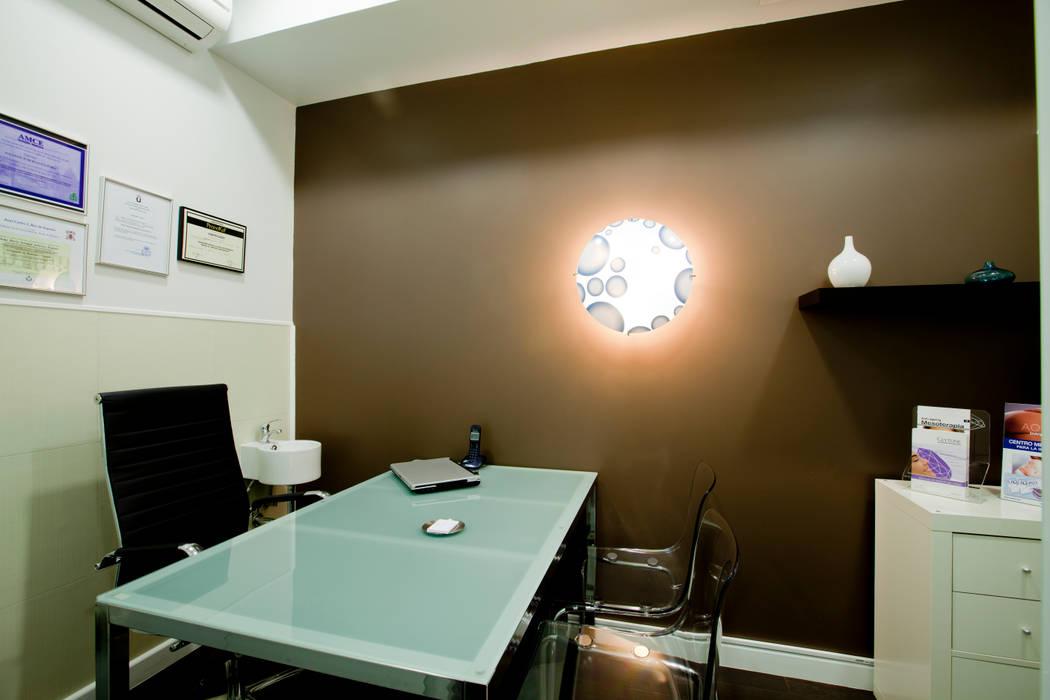 Despacho y consulta Clínicas de estilo moderno de IPUNTO INTERIORISMO Moderno