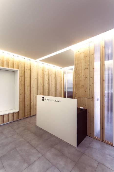 La reception e il desk: Studio in stile in stile Moderno di PLUS ULTRA studio