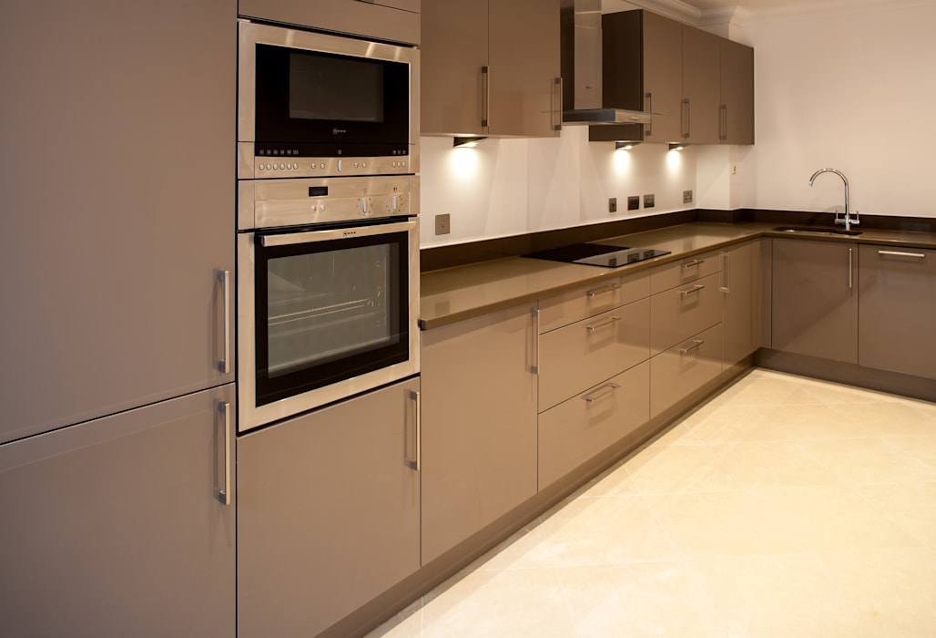 Show Flat in Ascot:  Kitchen by Lujansphotography,