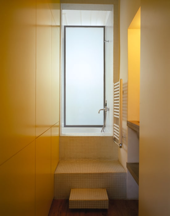 The Yellow Submarine:  Bathroom by Sophie Nguyen Architects Ltd,