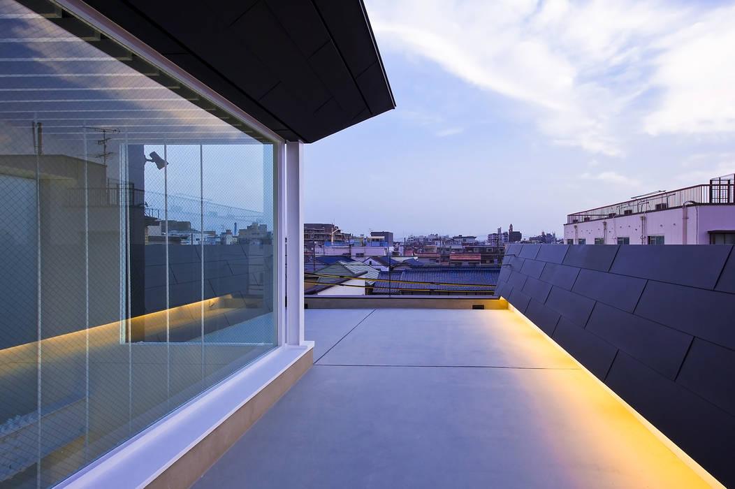 屋上テラス1: 岩井文彦建築研究所が手掛けたテラス・ベランダです。