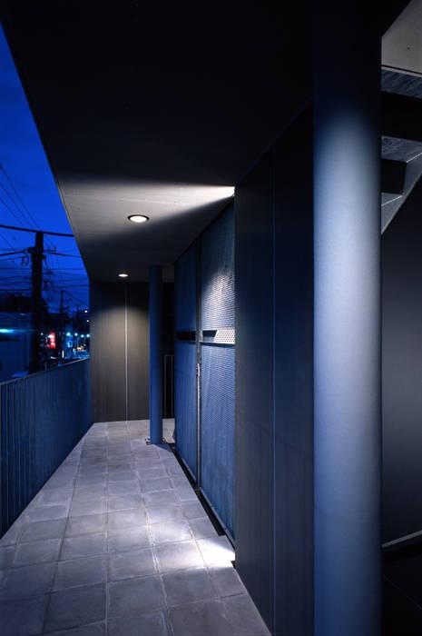 外廊下 供用階段: 濱嵜良実+株式会社 浜﨑工務店一級建築士事務所が手掛けた廊下 & 玄関です。