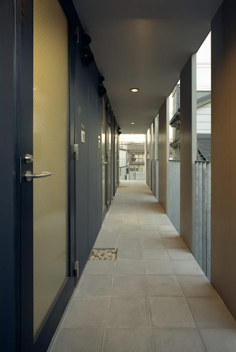 2階外廊下: 濱嵜良実+株式会社 浜﨑工務店一級建築士事務所が手掛けた廊下 & 玄関です。