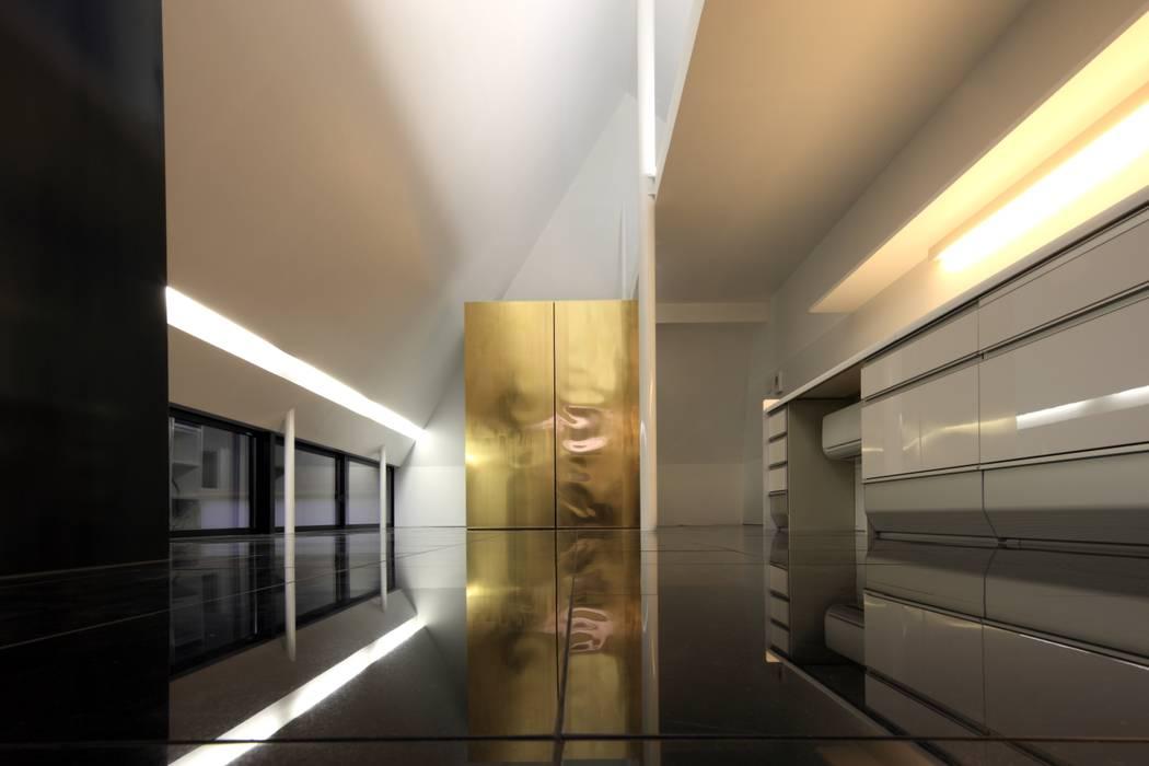 LDK: 濱嵜良実+株式会社 浜﨑工務店一級建築士事務所が手掛けたリビングです。