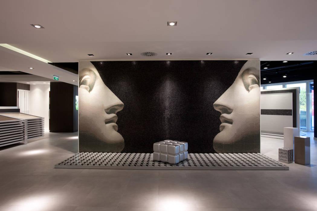 Showroom Bergmann Wien - ambientazione in mosaico: Negozi & Locali commerciali in stile  di Foschi & Nolletti Architetti
