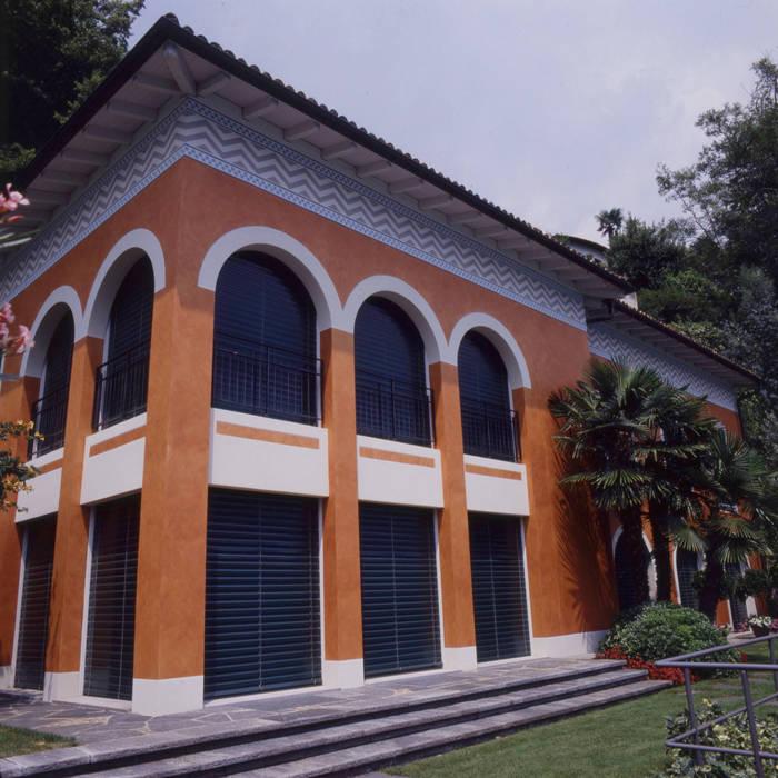 Vista esterna, fronte lago: Case in stile  di Studio Mingaia
