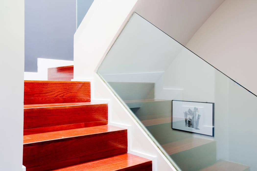 Cristal y madera: Pasillos y vestíbulos de estilo  de IPUNTO INTERIORISMO