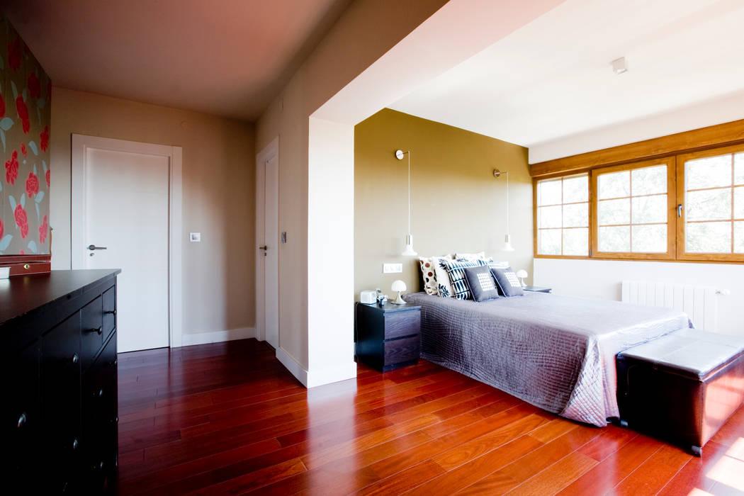 Espacios ocultos: Dormitorios de estilo escandinavo de IPUNTO INTERIORISMO