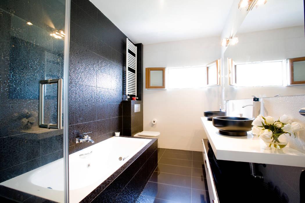 Baños de placer: Baños de estilo moderno de IPUNTO INTERIORISMO