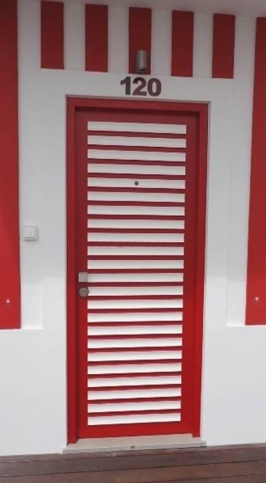Porta de entrada Janelas e portas ecléticas por GAAPE - ARQUITECTURA, PLANEAMENTO E ENGENHARIA, LDA Eclético