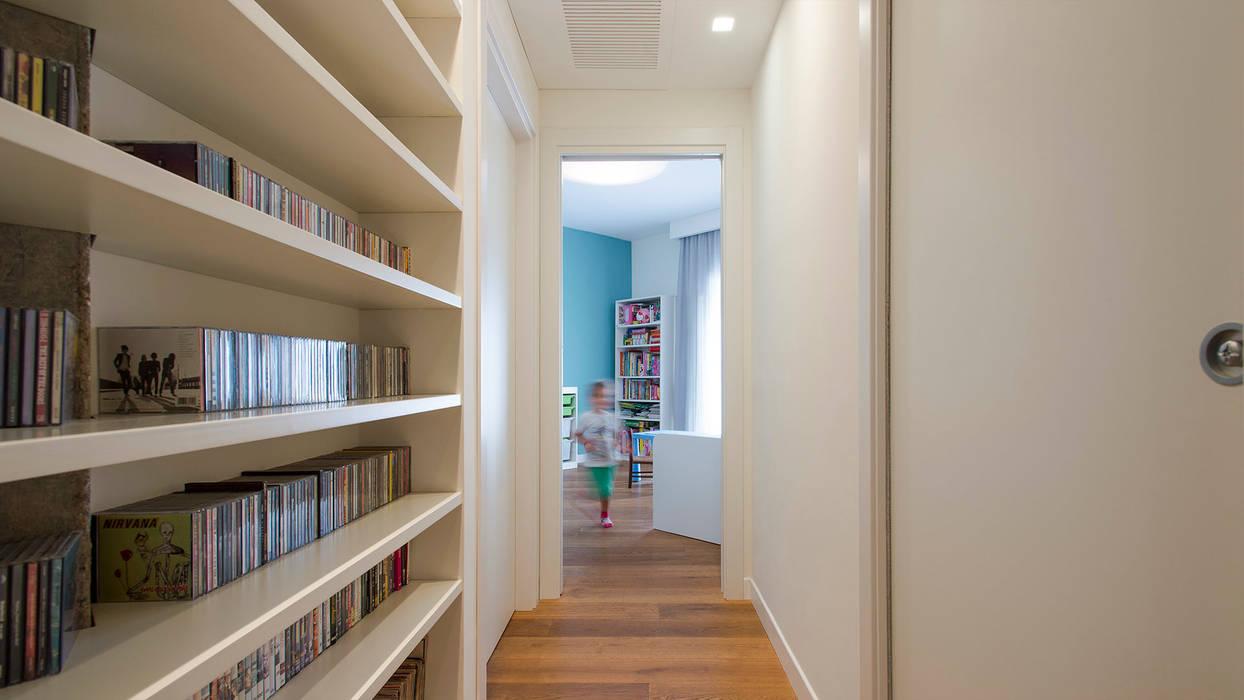 Couloir, entrée, escaliers modernes par Archifacturing Moderne