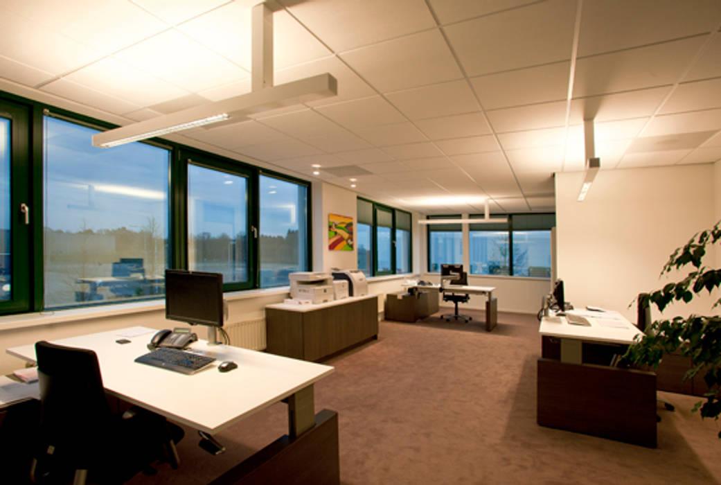 Kantoor ruimte.:  Kantoorgebouwen door Lightarc lichtarchitektuur, Modern