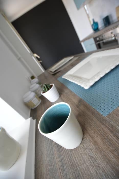 Cuisine bleu acier vintage carreaux de ciment: Cuisine de style de style Scandinave par Parisdinterieur