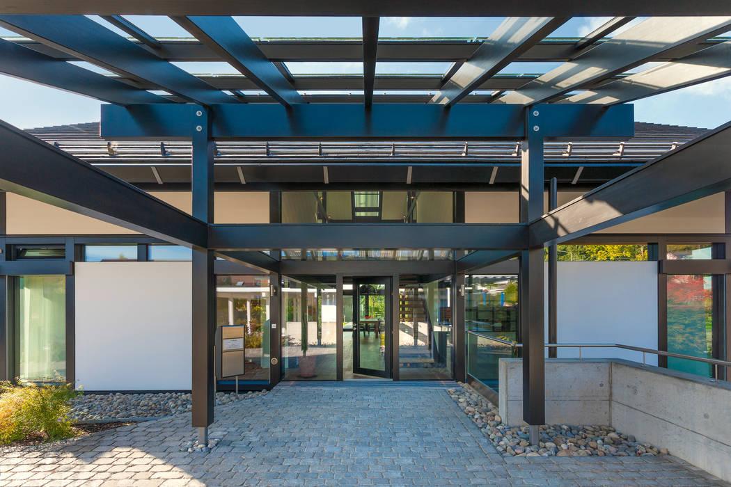 Modern Terrace by HUF HAUS GmbH u. Co. KG Modern