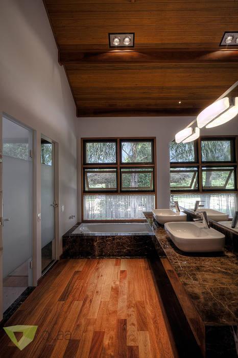 Casa de Campo Quinta do Lago - Tarauata: Banheiros  por Olaa Arquitetos
