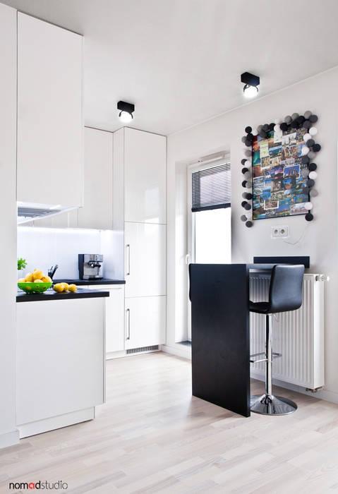czarno - biała kawalerka: styl , w kategorii Jadalnia zaprojektowany przez nomad studio