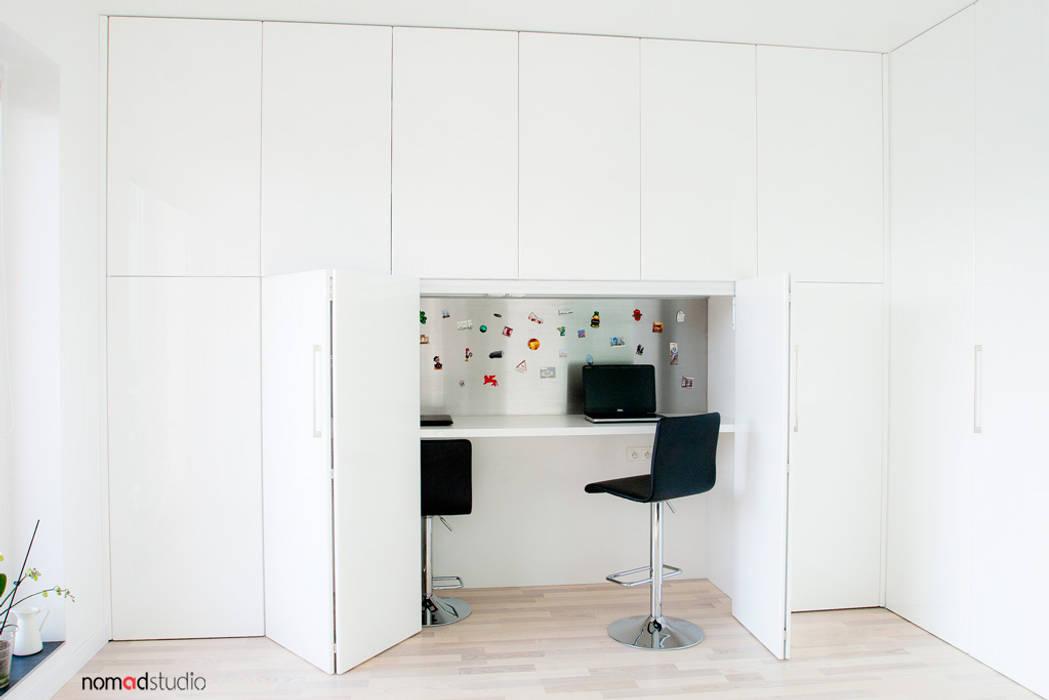 czarno - biała kawalerka: styl , w kategorii Domowe biuro i gabinet zaprojektowany przez nomad studio