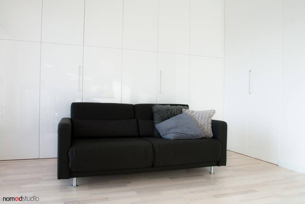 czarno - biała kawalerka: styl , w kategorii Salon zaprojektowany przez nomad studio