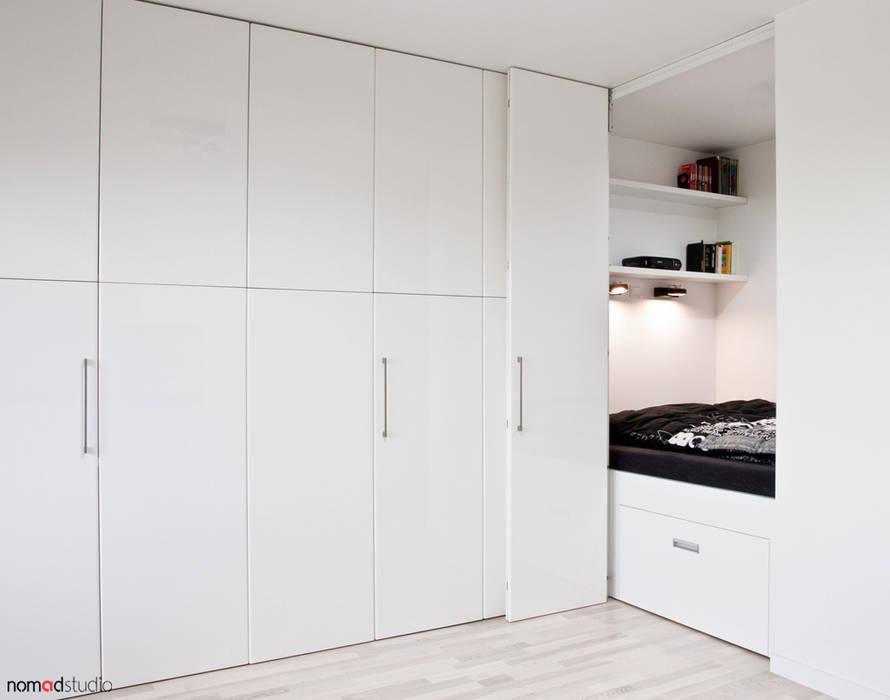 czarno - biała kawalerka: styl , w kategorii Sypialnia zaprojektowany przez nomad studio