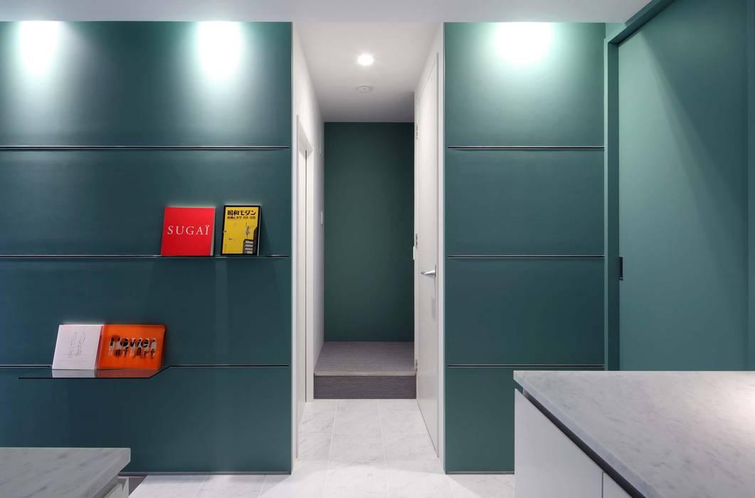 玄関ホールから階段室を見る 一級建築士事務所エイチ・アーキテクツ モダンな 壁&床
