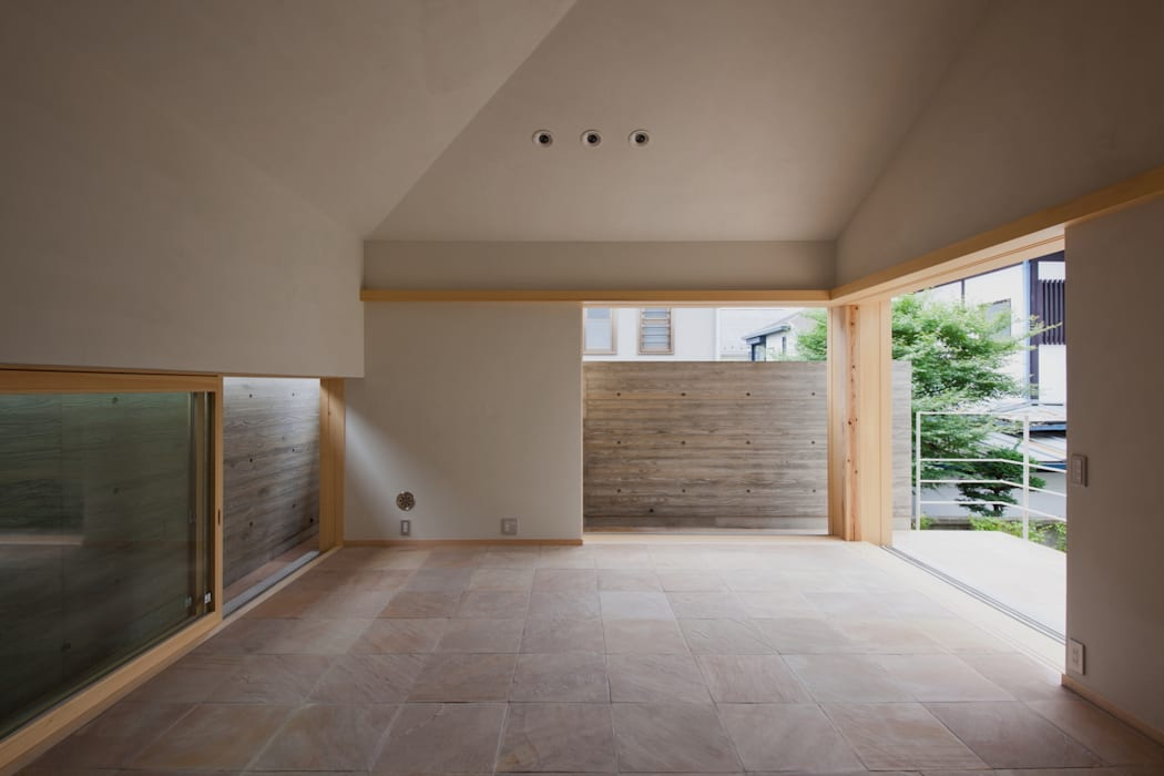 中庭と一体の和モダンなリビング: 根岸達己建築室が手掛けたリビングです。