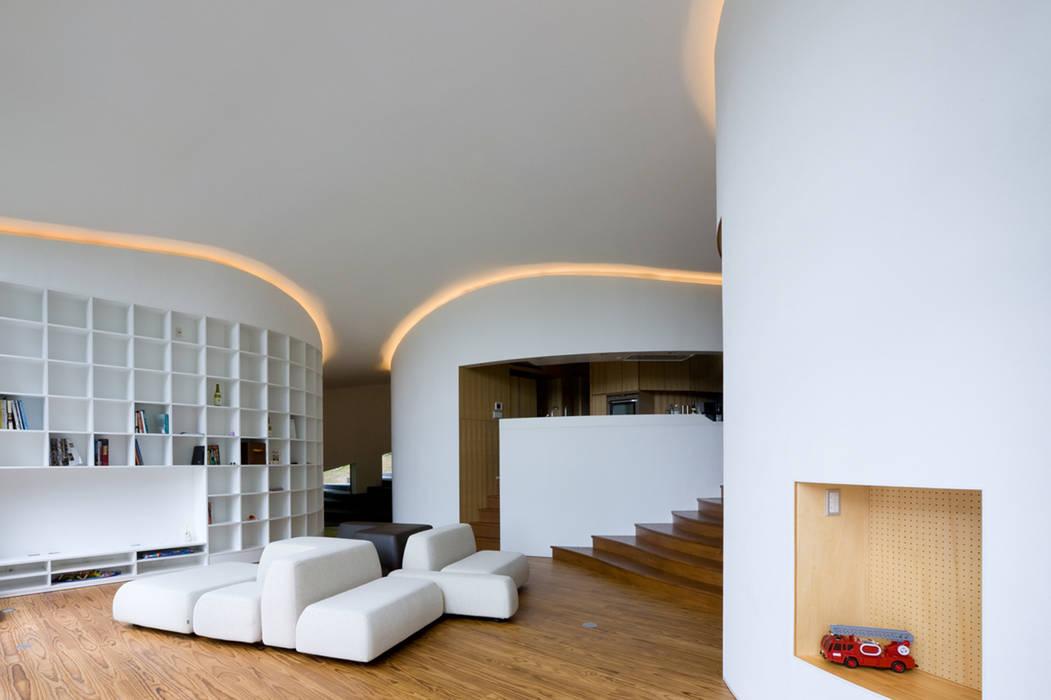 3つの曲面コアに囲まれたリビング モダンデザインの リビング の PODA モダン