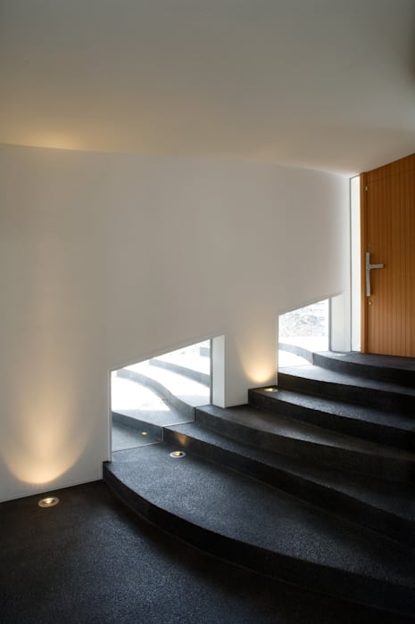 棚田のような階段のあるエントランスギャラリー. オリジナルスタイルの 玄関&廊下&階段 の PODA オリジナル コンクリート