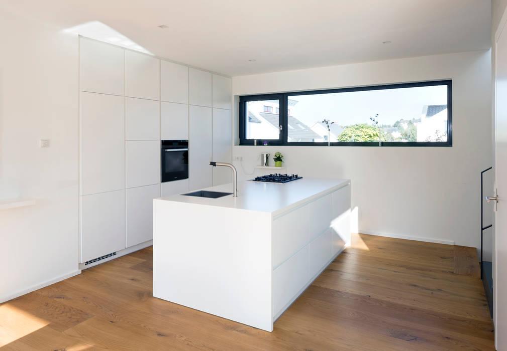 Küche Haus F+H homify KücheSchränke und Regale Weiß
