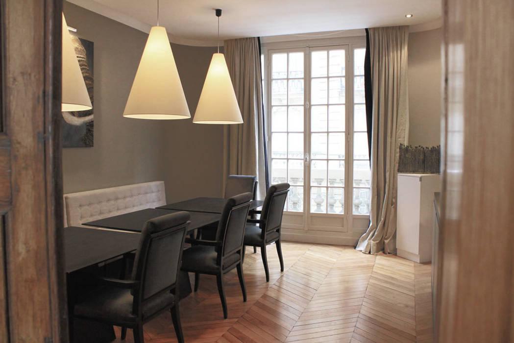 """Coin salle à manger façon """"Bistrot' parisien"""": Salle à manger de style  par STUDIO SANDRA HELLMANN"""