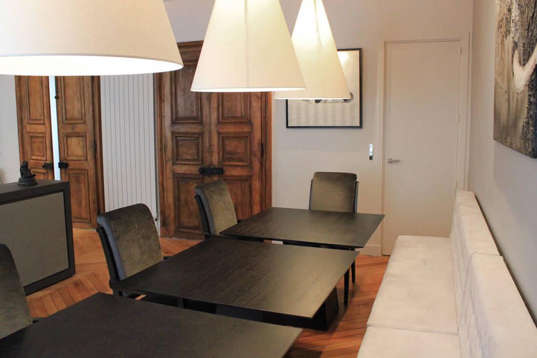Moitié de l'espace destinée au coin repas: Salle à manger de style  par STUDIO SANDRA HELLMANN