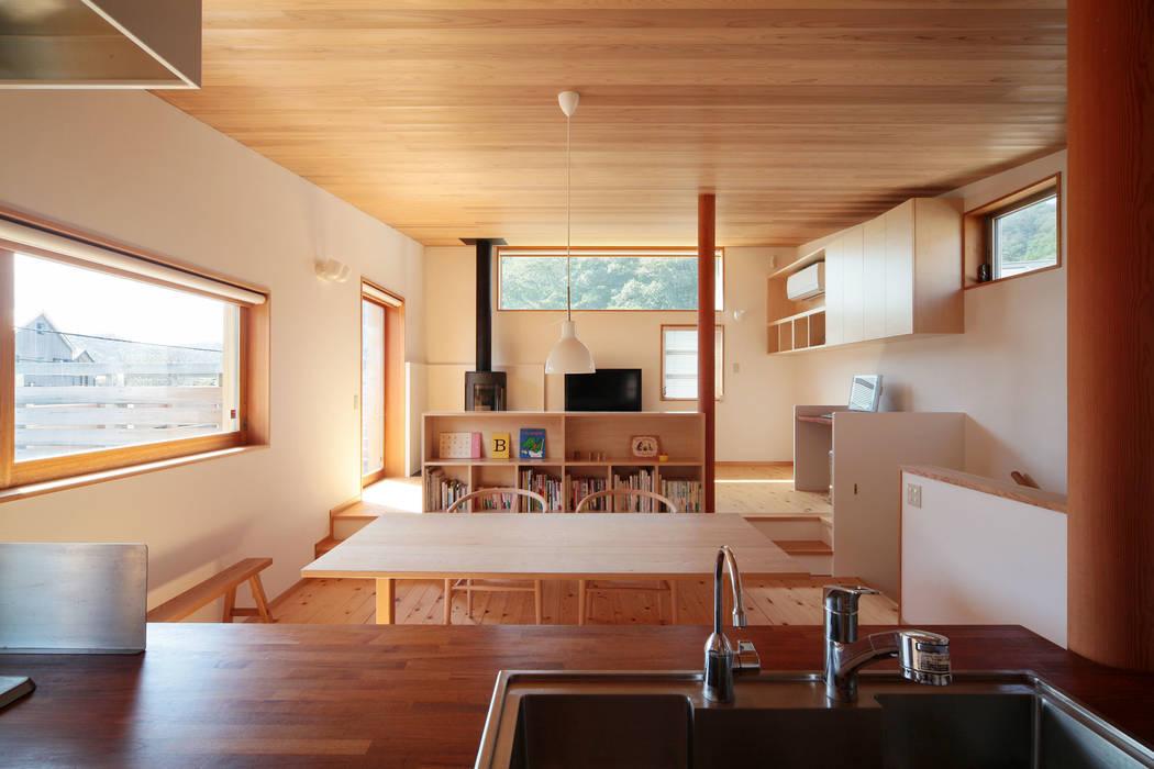 葉山の住宅: 佐藤重徳建築設計事務所が手掛けたダイニングです。,オリジナル