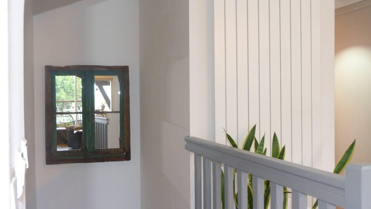 Fenêtre miroir esprit shabby chic Couloir, entrée, escaliers industriels par Hewel mobilier Industriel