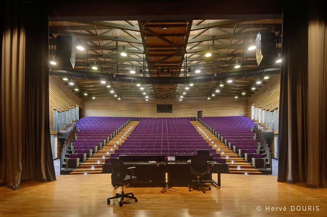 Amphithéâtre du Campus du Moufia à St Denis de la Réunion: Ecoles de style  par Arbonis