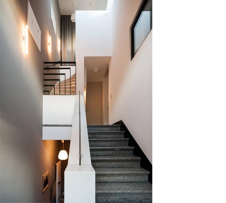 beissel schmidt architekten Modern corridor, hallway & stairs