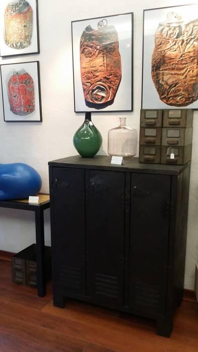 Buffet industriel bois et métal: Espaces commerciaux de style  par Hewel mobilier