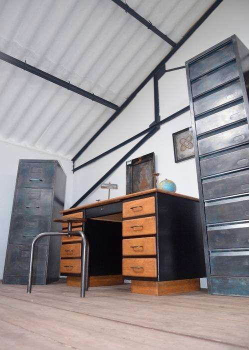 Zoom sur le showroom Hewel mobilier : Bureau de style  par Hewel mobilier