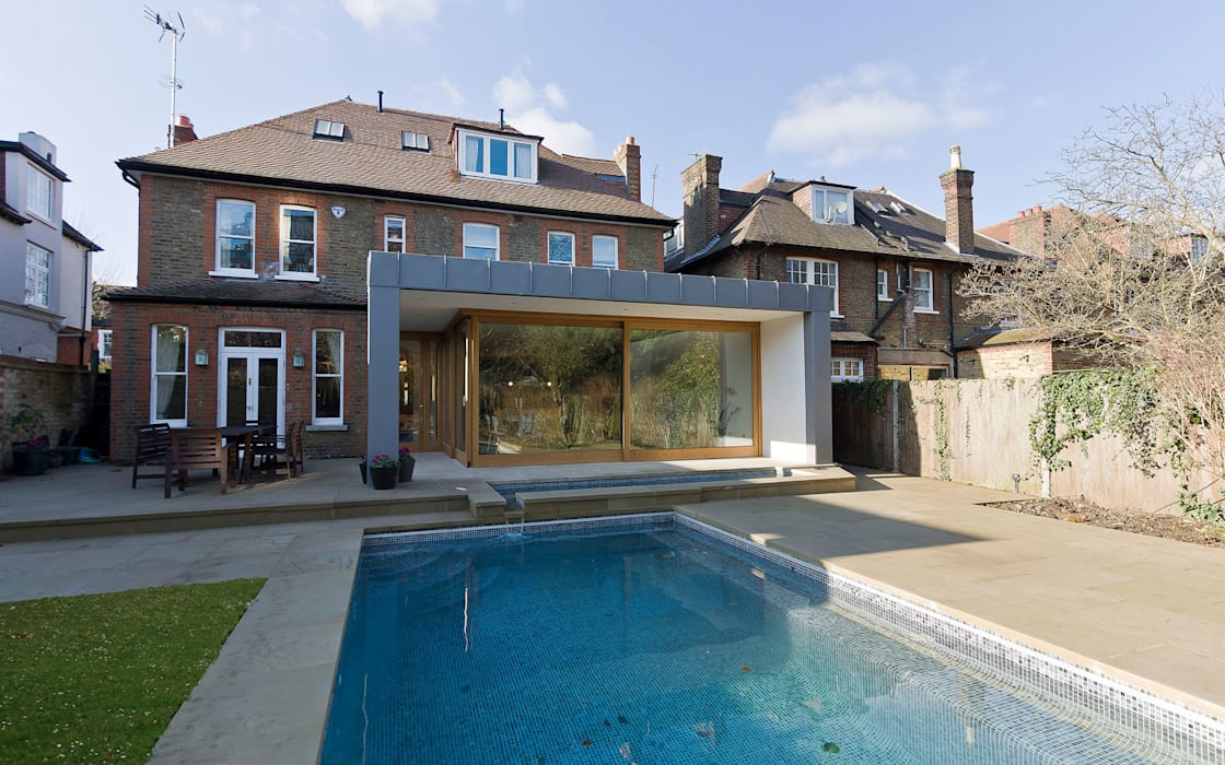 Rear extension overlooking the pool and garden:  Houses by Designcubed,