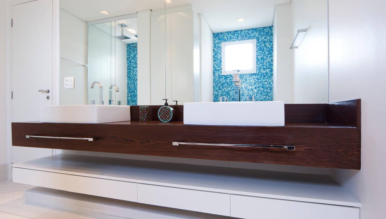 Banheiro principal: Banheiros  por ArkDek,Eclético