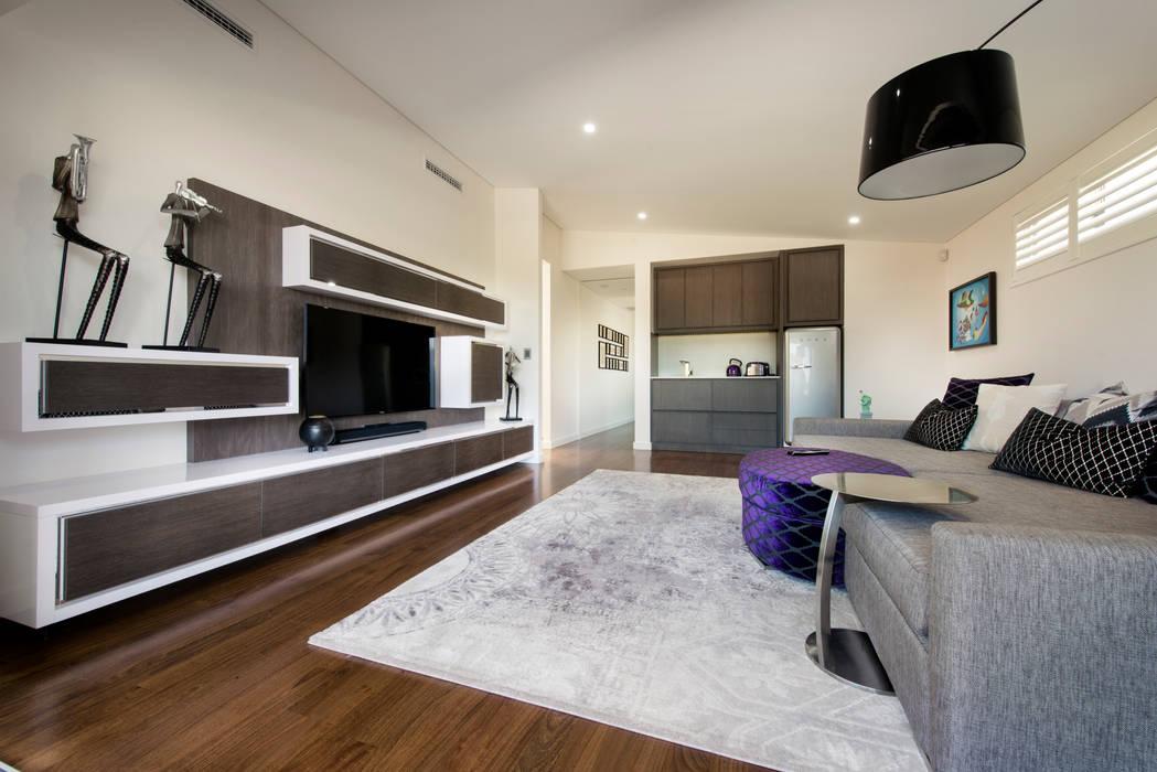 Menora Residence:  Living room by Moda Interiors,